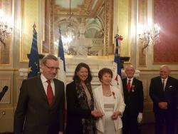 Agnes Buzyn remet les insignes d'officier dans l'odre national de la Légion d'Honneur